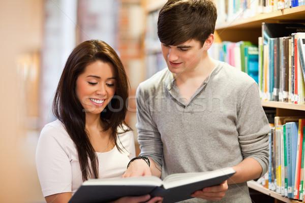 Mutlu Öğrenciler bakıyor kitap kütüphane kitaplar Stok fotoğraf © wavebreak_media