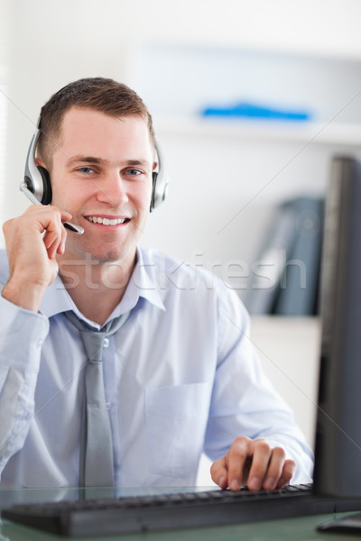 Sorridente jovem call center agente Foto stock © wavebreak_media