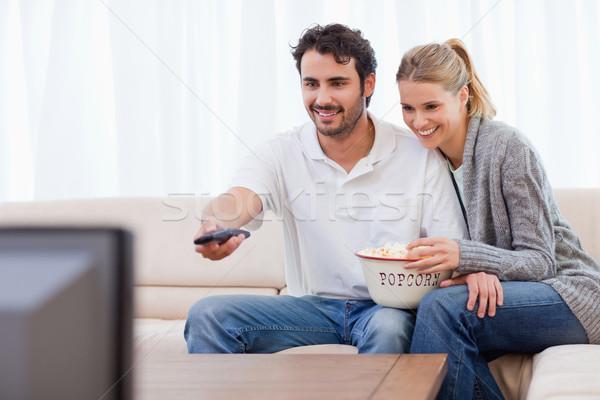 笑みを浮かべて カップル を見て テレビ 食べ ポップコーン ストックフォト © wavebreak_media