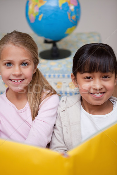 Portret gelukkig schoolmeisjes lezing klas student Stockfoto © wavebreak_media