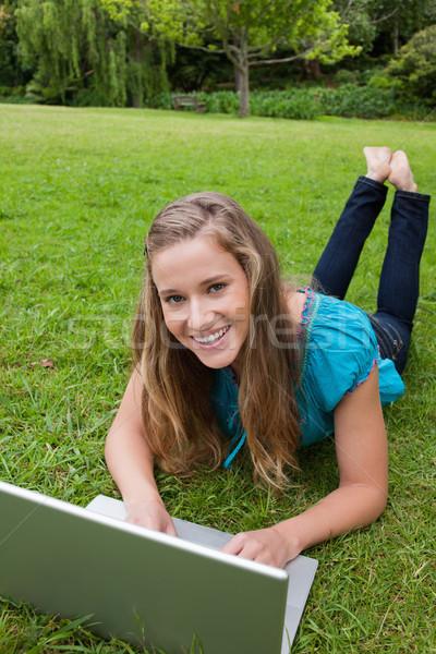 Zdjęcia stock: Szczęśliwy · student · patrząc · kamery · parku · za · pomocą · laptopa