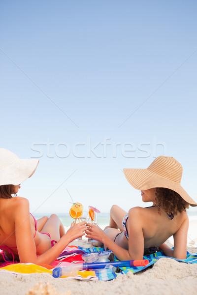 Foto stock: Mulheres · jovens · praia · toalhas · óculos · olhando · outro