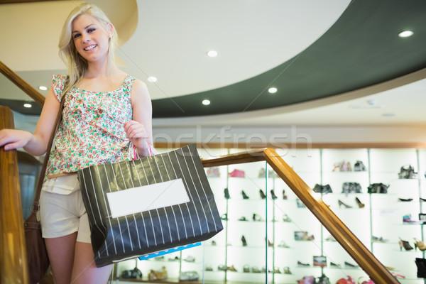 Nő áll lépcsősor mosolyog tart bevásárlótáskák Stock fotó © wavebreak_media