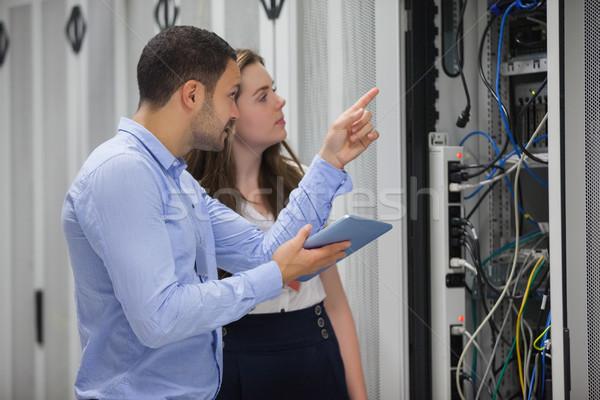 Mirando servidores centro de datos ordenador trabajo Foto stock © wavebreak_media