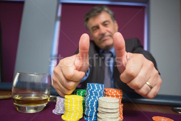 Hombre sesión ruleta mesa casino Foto stock © wavebreak_media