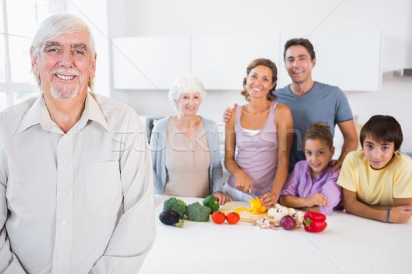 Szczęśliwy dziadek stałego blacie kuchennym rodziny za Zdjęcia stock © wavebreak_media