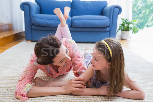 Moeder dochter glimlachend ander home woonkamer Stockfoto © wavebreak_media