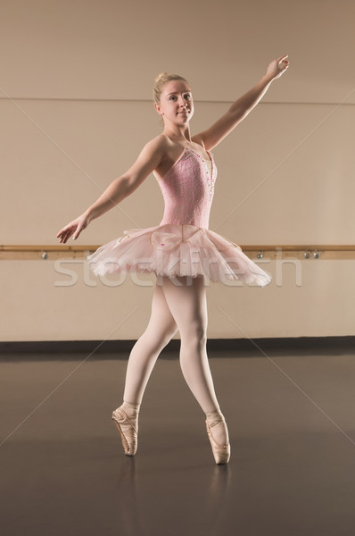 Bella ballerina dancing dance studio ritratto Foto d'archivio © wavebreak_media