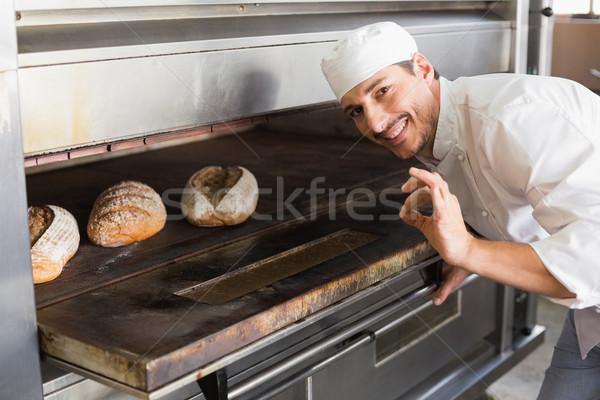 Szczęśliwy piekarz otwarte piekarnik kuchnia piekarni Zdjęcia stock © wavebreak_media