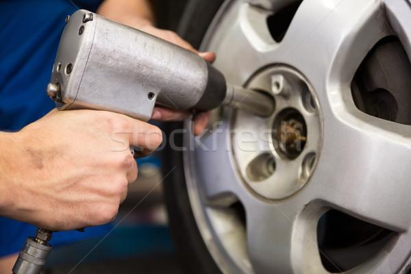 Meccanico pneumatico ruota riparazione garage servizio Foto d'archivio © wavebreak_media