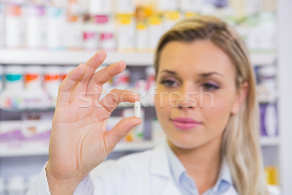Sorridente estudante jaleco pílula farmácia Foto stock © wavebreak_media