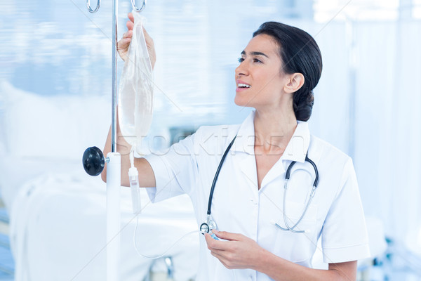 Nurse connecting an intravenous drip Stock photo © wavebreak_media