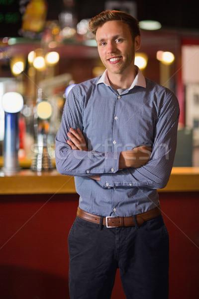 Bello giovane sorridere braccia incrociate bar ritratto Foto d'archivio © wavebreak_media