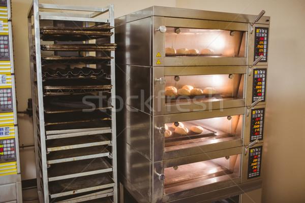 Kenyér tekercsek sütés sütő kereskedelmi konyha Stock fotó © wavebreak_media