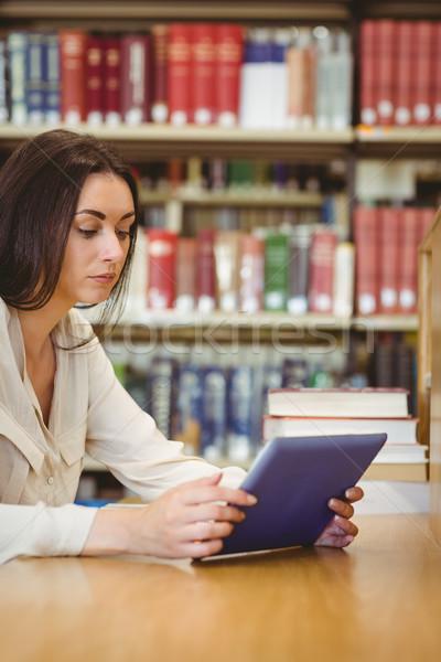 Fókuszált csinos diák táblagép könyvtár könyv Stock fotó © wavebreak_media