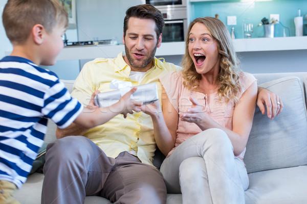 Zoon verrassend moeder geschenk home woonkamer Stockfoto © wavebreak_media