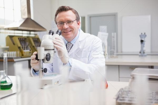 Wetenschapper onderzoeken schotel microscoop laboratorium technologie Stockfoto © wavebreak_media