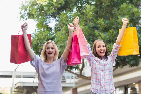 Mosolyog nők barátok tart bevásárlótáskák kívül Stock fotó © wavebreak_media