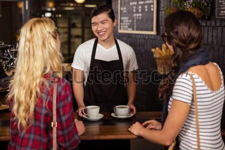 Mosolyog pincér vásárlók megbeszél kávéház szerver Stock fotó © wavebreak_media