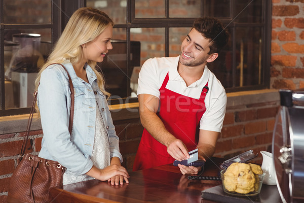 笑みを浮かべて ウェイター クレジットカード コーヒーショップ サーバー ワーカー ストックフォト © wavebreak_media