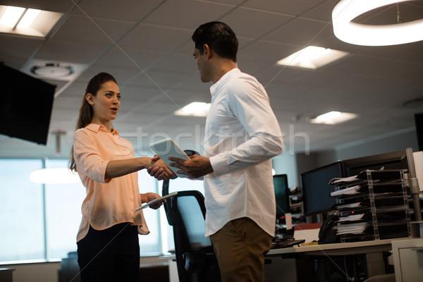 Zakenman zakenvrouw handen schudden kantoor Stockfoto © wavebreak_media