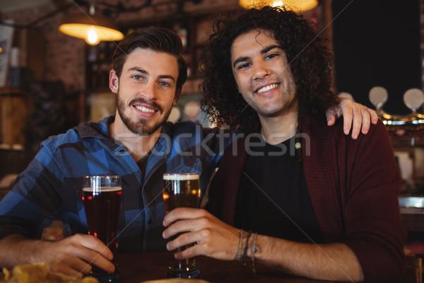 Znajomych piwa bar Licznik portret publikacji Zdjęcia stock © wavebreak_media