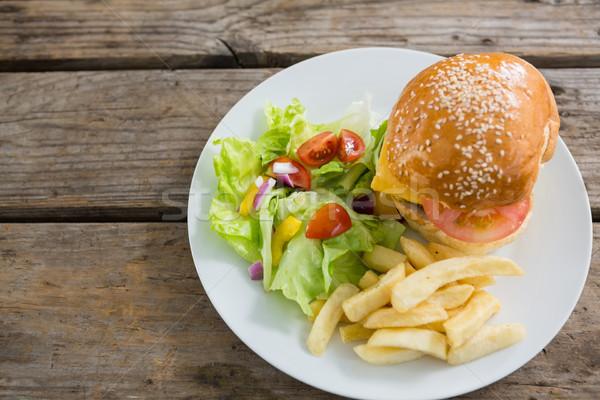 View burger patatine fritte verdura servito piatto Foto d'archivio © wavebreak_media