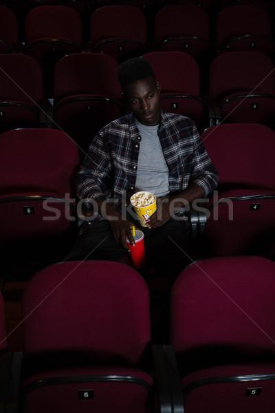 Hombre bebida fría palomitas viendo película teatro Foto stock © wavebreak_media