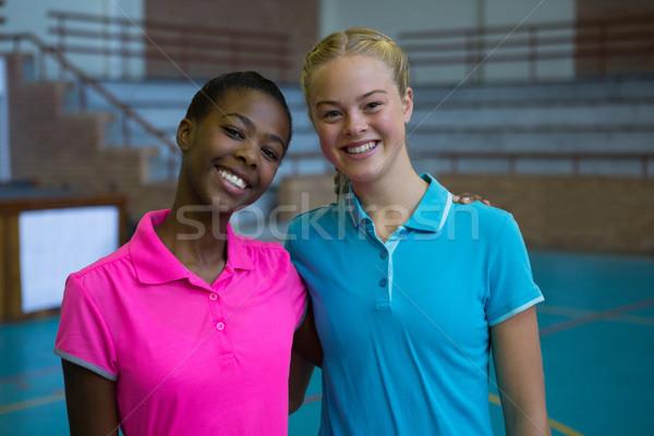 Glimlachend vrouwelijke spelers permanente samen volleybal Stockfoto © wavebreak_media