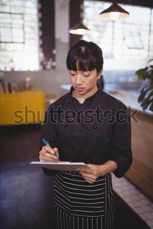 молодые Привлекательная женщина повар Дать буфер обмена Постоянный Сток-фото © wavebreak_media