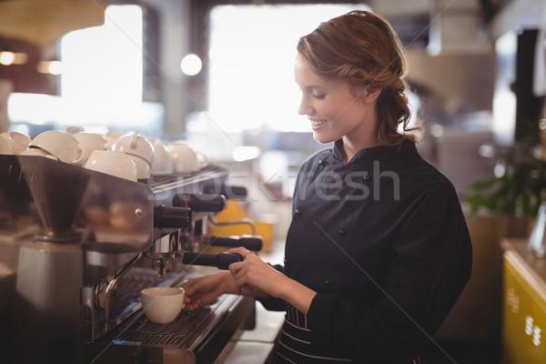 Souriant jeunes serveuse espresso café femme Photo stock © wavebreak_media