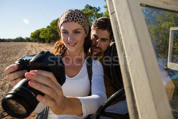 пару глядя камеры дороги автомобиль Сток-фото © wavebreak_media