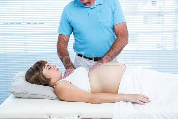 Férfi masszőr üzenetküldés terhes nő ágy egészség Stock fotó © wavebreak_media