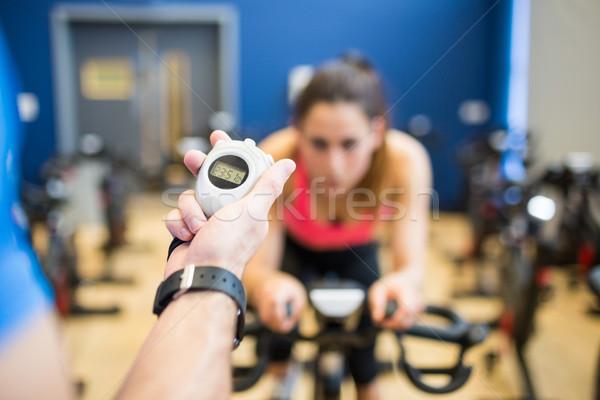 Mujer ejercicio moto entrenador sincronización gimnasio Foto stock © wavebreak_media