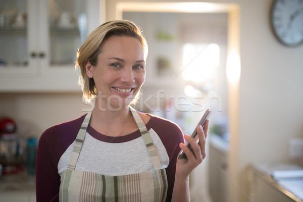 женщину мобильного телефона кухне домой портрет улыбка Сток-фото © wavebreak_media