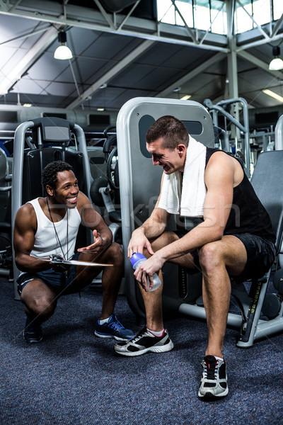 Muscular homem discutir atuação treinador ginásio Foto stock © wavebreak_media