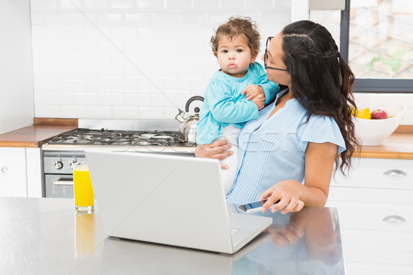 Glimlachend brunette baby keuken meisje Stockfoto © wavebreak_media