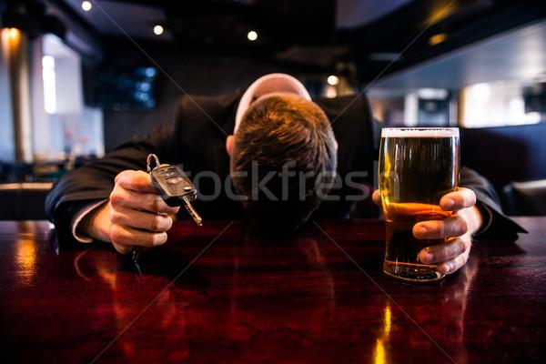 Részeg férfi tart sör slusszkulcs bár Stock fotó © wavebreak_media