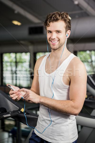 Man luisteren naar muziek tredmolen portret gymnasium muziek Stockfoto © wavebreak_media