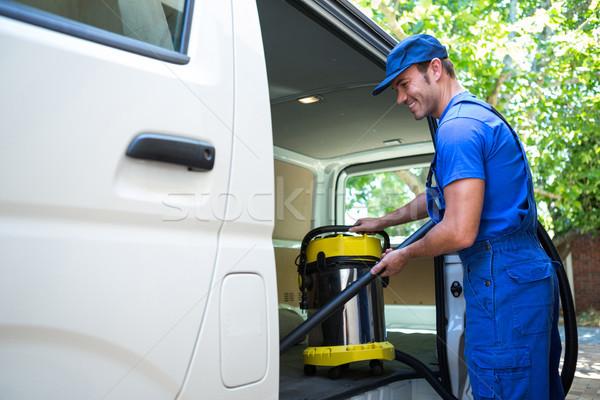 Szczęśliwy woźny czyszczenia samochodu odkurzacz człowiek Zdjęcia stock © wavebreak_media