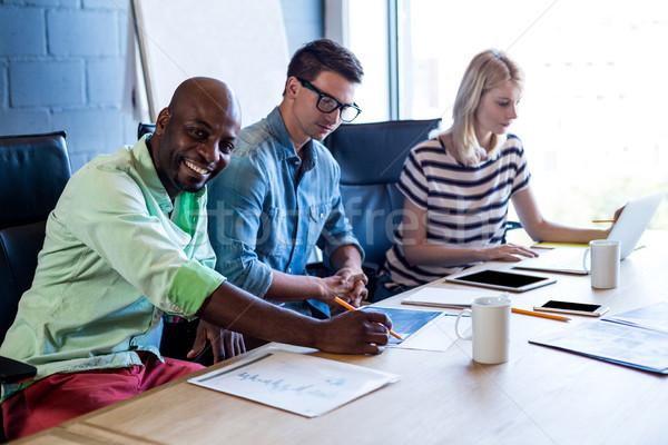 Colegas de trabajo escritorio oficina mujer papel Foto stock © wavebreak_media