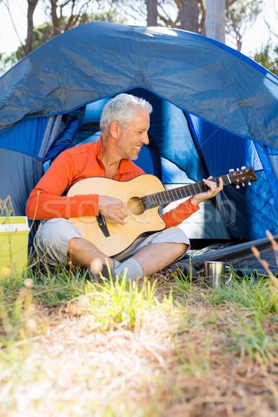 Olgun adam oynama gitar ağaç mutlu Stok fotoğraf © wavebreak_media