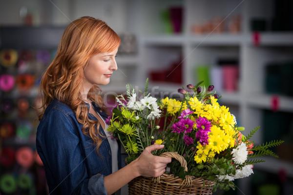 Femenino florista cesta flores Foto stock © wavebreak_media