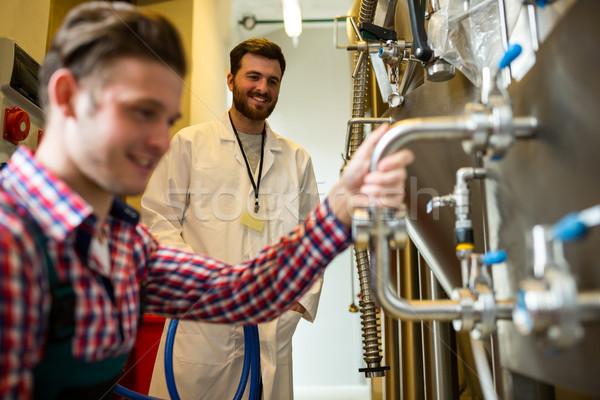 Onderhoud werknemers onderzoeken brouwerij machine fabriek Stockfoto © wavebreak_media