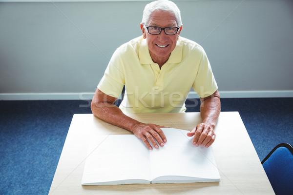 Senior man lezen bejaardentehuis gelukkig home Stockfoto © wavebreak_media