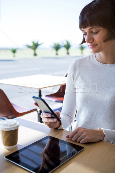 Vrouw mobiele telefoon cafetaria glimlachende vrouw telefoon koffie Stockfoto © wavebreak_media
