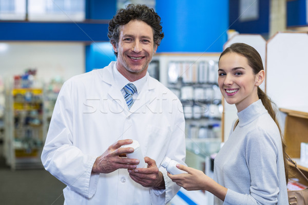 Glimlachend klant apotheker drug fles Stockfoto © wavebreak_media