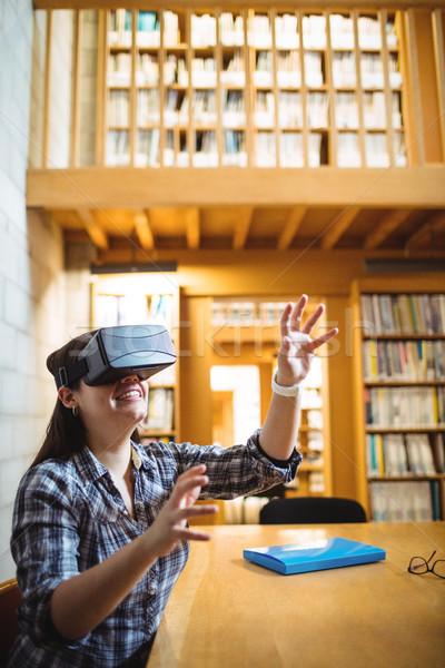 Vrouwelijke student virtueel realiteit hoofdtelefoon bibliotheek Stockfoto © wavebreak_media