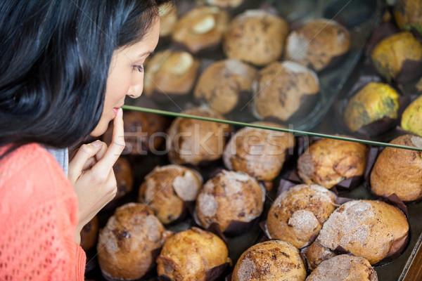 Kadın tatlı gıda göstermek süpermarket Stok fotoğraf © wavebreak_media