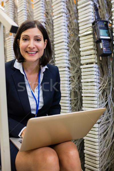 Technik za pomocą laptopa portret szczęśliwy serwera pokój Zdjęcia stock © wavebreak_media